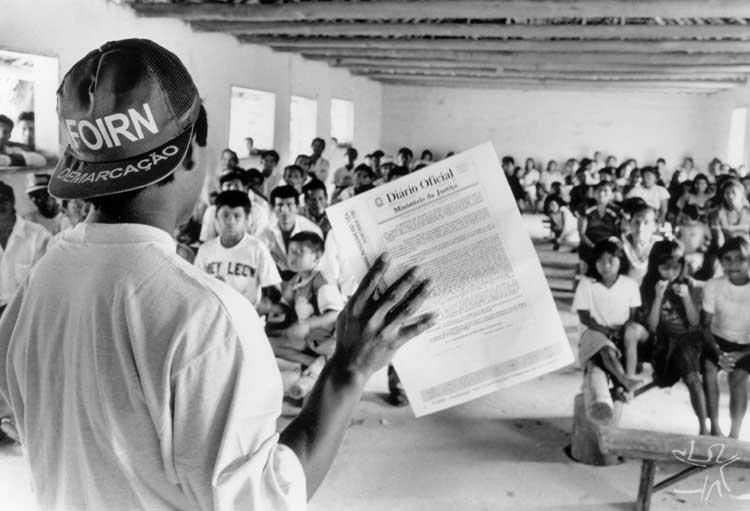 Durante todo o ano, através de 21 frentes de trabalho, equipes FOIRN/ISA visitaram todas as comunidades das terras em demarcação para discutir com elas esse processo. Foto: Pedro Martinelli, 1997.