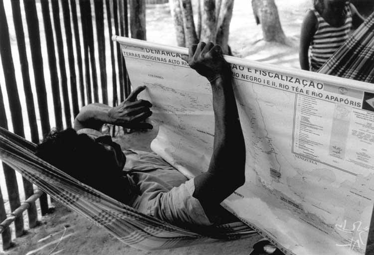 Todas as comunidade receberam cópia e puderam conferir o mapa das terras em demarcação. Foto: Beto Ricardo, 1997.