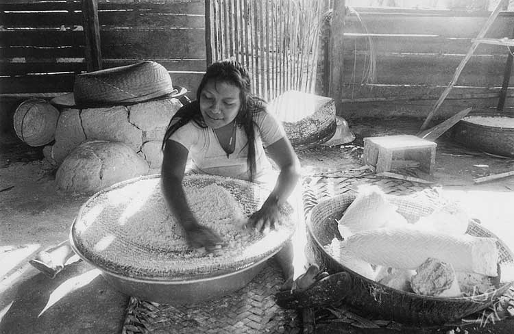 Peneirando a massa da mandioca, que foi ralada no tipiti e prensada. Comunidade Matapi, no Alto Içana. Foto: Beto Ricardo, 1997.