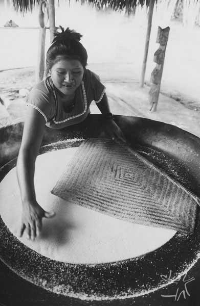Assando o beiju. Comunidade Matapi, Alto Içana. Foto: Beto Ricardo, 1997.