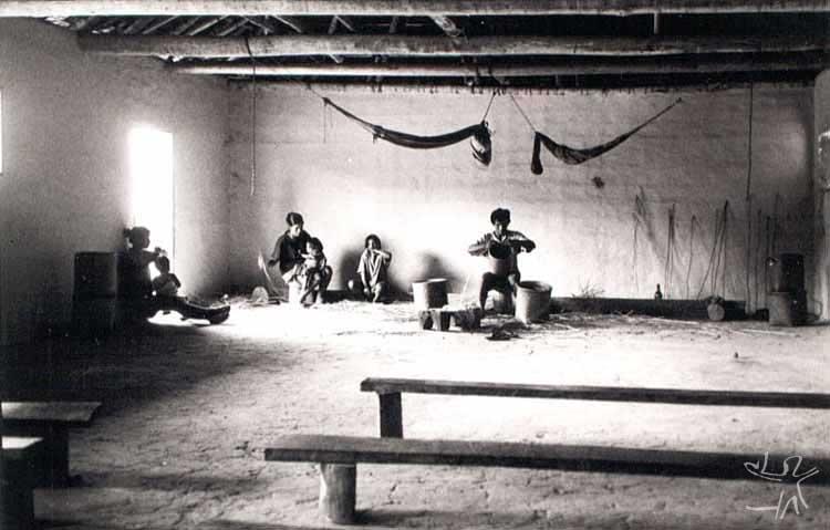 Homens fazendo cestaria de arrumã, atividade tradicionalmente masculina. Foto: Beto Ricardo, 2000.