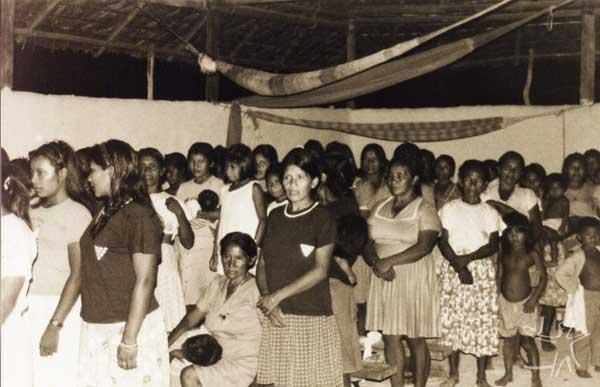 Nos cultos realizados na Conferência, a disposição dos assentos está organizada segundo alguns critérios, sendo um deles a separação por sexo. Na foto aparece o lado das mulheres. Foto: Sully Sampaio, 1999.
