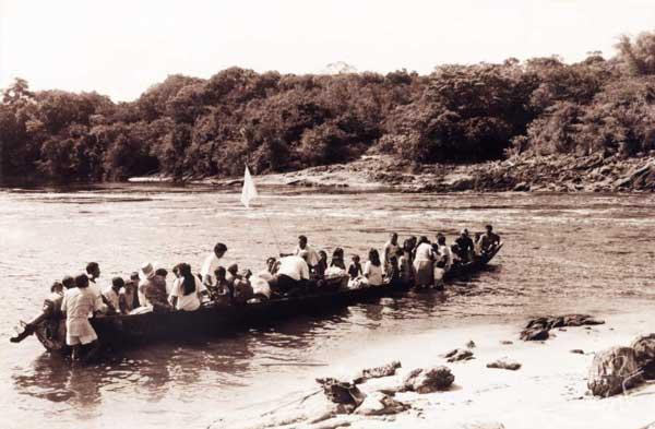 Embarque para a viagem de volta à comunidade de origem. Foto: Sully Sampaio, 1999.