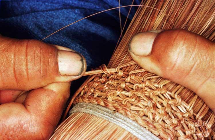 Fazendo vassoura de piaçava. Foto: Paulo Santos/Interfoto, 2000.