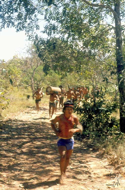 Corrida de toras. Foto: Gilberto Azanha, 1989.