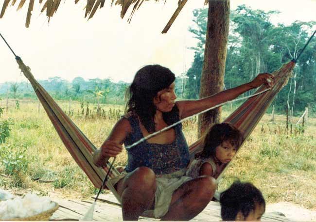 Mulher kulina com algodão que ela processou. Foto: Domingos Silva, 1999.