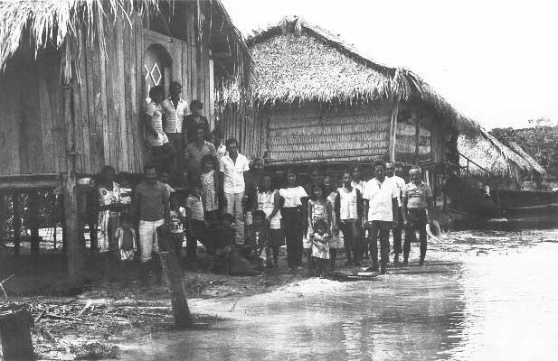 Índios e colonos nas proximidades do Cajueiro na Semana Santa. Foto: Padre Angelo Pansa, 1985.