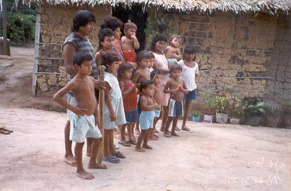 Lourival Kuruaya, cacique da Aldeia Cajueiro, e sua família. Foto: Marlinda Melo Patrício, 1997.