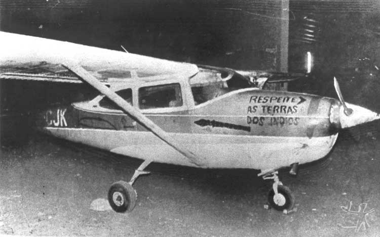 Índios kaiabi devolvem avião em ato de protesto. Foto: Luiz Antônio, 1983.