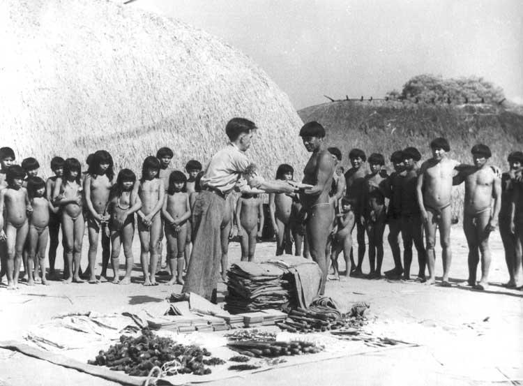 Indios kuikuro reciben ropas en ocasión del contacto con la expedición Roncador-Xingu, de los hermanos Villas Bôas. Foto: Patrimonio Museu do Índio, década del 50.