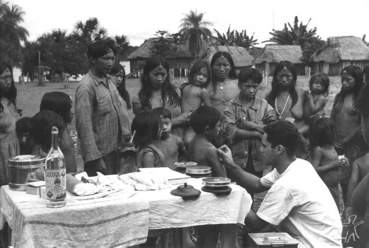 Yudjá recebem cuidados médicos. Foto: Jesco Puttkamer/acervo IGPA-UCG, década de 60.