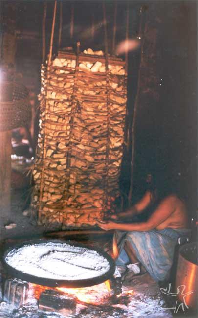 Mulher kalapalo fazendo beiju. Foto: Camila Gauditano, 2002