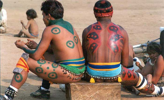 Índios alto-xinguanos no Kwarup na aldeia kalapalo Aiha. Foto: Beto Ricardo, 2002.
