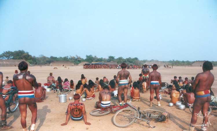 Convidados aguardam o chamado para se aproximarem da aldeia kalapalo Aiha, onde está ocorrendo o Kwarup. Foto: Beto Ricardo, 2002.