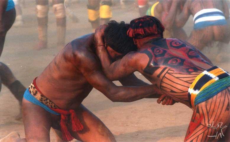 Competidores lutam o huka-huka. Foto: Beto Ricardo, 2002.