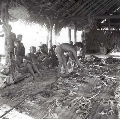 Em uma festa, líder Canela Ramkokamekrá divide carne de boi entre as famílias na aldeia do Escalvado. Foto: William Crocker, 1959.