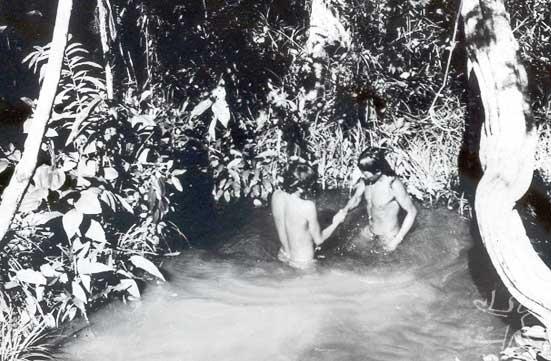 Encontro de dois amigos formais apanyekrá. Foto: William Crocker, 1975