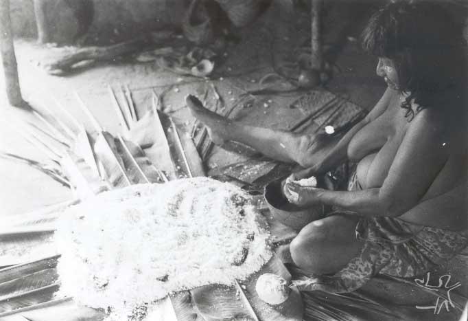 Eduarda Canela fazendo berubu (beiju) para um ritual de iniciação masculina na aldeia de Porquinhos. Foto: Jaime Siqueira Jr./CTI, 1993