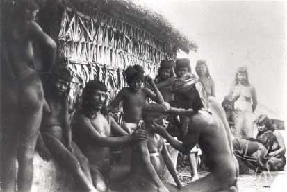 Furação de orelha entre os Ramkokamekrá. Foto: Curt Nimuendaju, 1931.