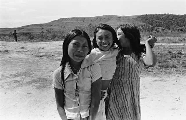 Jovens Ingarikó, Terra Indígena Raposa Serra do Sol, Roraima. Foto: Eliane Motta, 1984