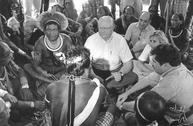 Visita dos ministros da justiça e do meio ambiente na ocasião da primeira safra de madeira. Foto: Pedro Martinelli, 2000.