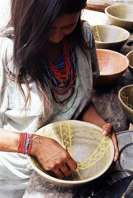 Acabamento de uma peça de cerâmica, trabalho exclusivamente feminino, na aldeia Boca do Biá. Foto: Jeremy Deturche, 2007.