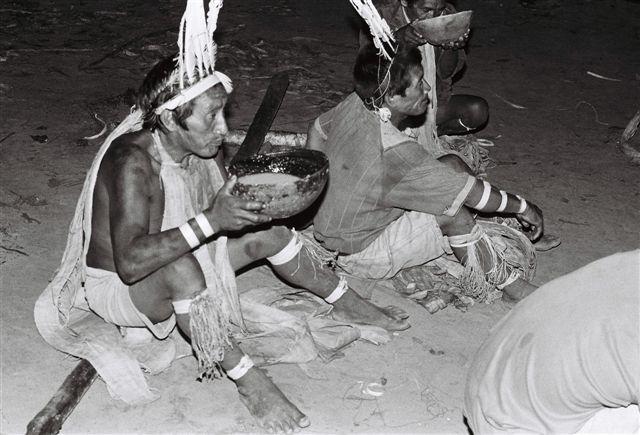 Bebendo koya, aldeia Janela. Foto: Jeremy Deturche, 2006.