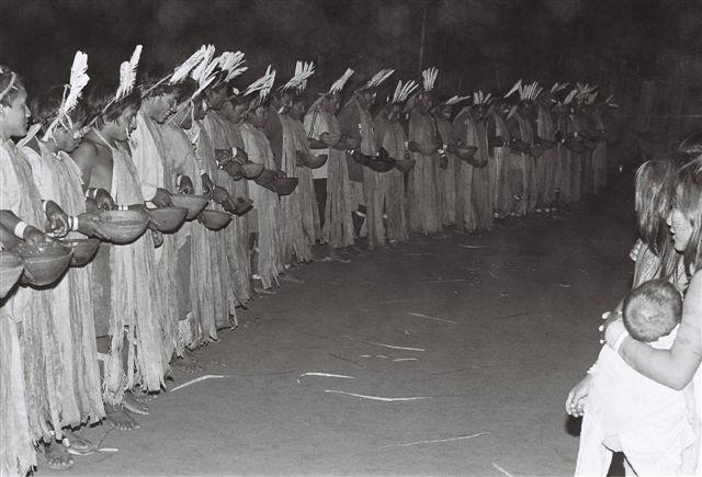 Ritual do Pïda com roupas traditionais femininas; aldeia Boca do Biá. Foto: Jeremy Deturche, 2007.