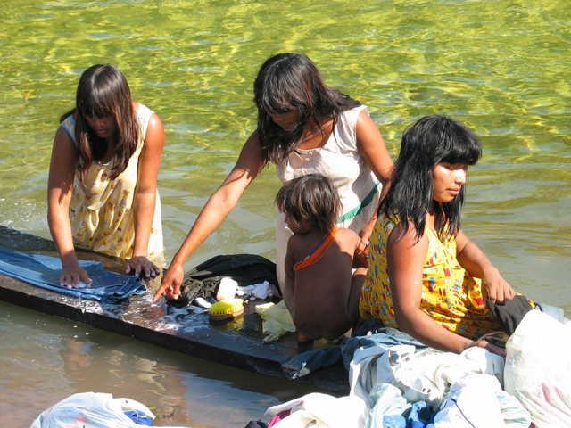 Mulheres Nambikwara Mamaindê, lavando roupa na beira do rio, Aldeia Central, Mato Grosso. Foto: Kristian Bengtson, 2003