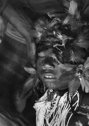 A primeira iniciação dos meninos Karajá (MT/ TO) se dá porvolta dos sete ou oito anos de idade. Consiste na perfuração do lábio inferior, que irá receber um adorno. A perfuração é feita com a clavícula de um macaco, e se dá na presença dos pais. Foto: Clá