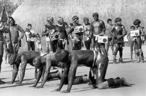 Homens xinguanos disputam o huka-huka na aldeia dos Yawalapiti (MT). A luta integra o ritual intertribal kwarúp, que se dá em homenagem aos mortos dos diferentes grupos que habitam a região do alto Xingu. Foto: Milton Guran, 1985.