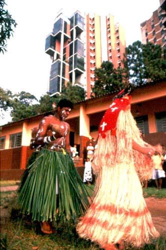 Apesar de desterrados na cidade de São Paulo, os Pankararu, que migraram do estado de Pernambuco, continuam realizando suas cerimônias, cantos e danças. Foto: Marcos Issa,1996.