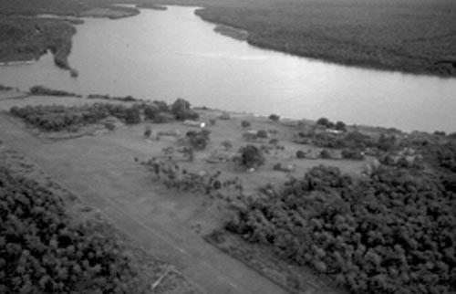 Vista aérea do posto Diauarum: cerrado e floresta de transição ([[Povo:Xingu | Alto Xingu]] – MT). Foto: Abril Imagens, 1999.