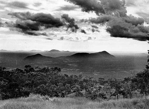 Serra da Bodoquena: vegetação de cerrado e mata calcária ([[Povo:Kadiwéu | Kadiwéu]] – MS). Foto: Correio do Estado, s/d.