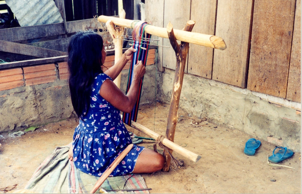 Mulher Mamaindê tecendo uma faixa usada para carregar criança. Foto: Joana Miller, 2003
