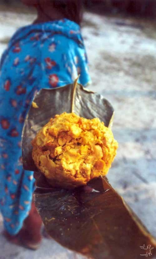 Assa de pequi nas mãos de uma índia kalapalo. Foto: Beto Ricardo, 2002.