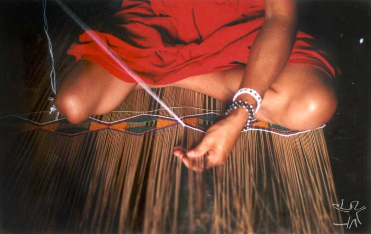 Índia kalapalo confecciona esteira para mandioca. Foto: Camila Gauditano, 2002.