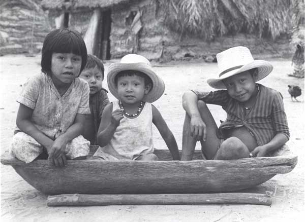 Niños Bororo. Foto: Sylvia Caiuby Novaes, 1973