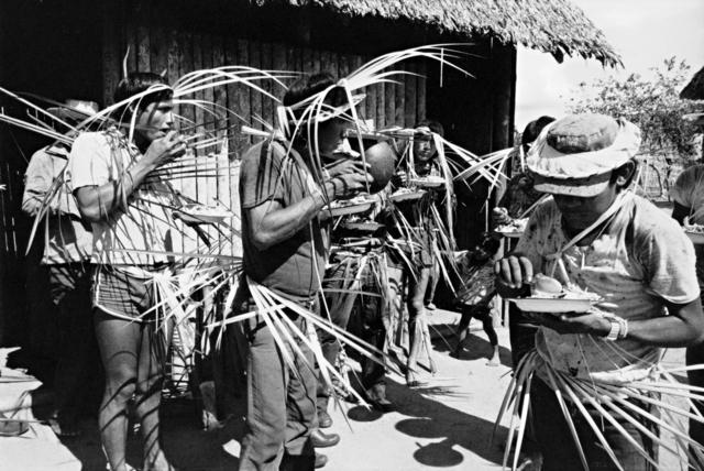 Índio Gavião e Zoró em uma festa, Terra Indígena Igarapé Lourdes (RO). Foto: Lars Lovold, 1981 .