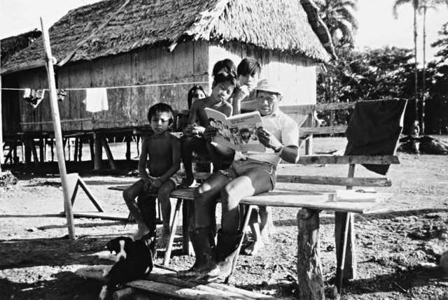 Índios matsés lendo o livro Povos Indígenas no Brasil, aldeia Lameirão, Terra Indígena Vale do Javari, Amazonas.