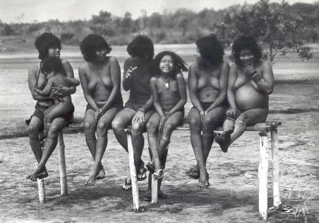 Grupo de mulheres Urueu-Wau-Wau com uma enfermeira da Funai. Foto: Jesco von Puttkamer/acervo IGPA-UCG, 1985.