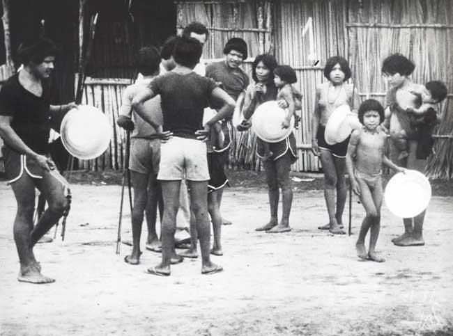 Urueu no Posto Indígena Alta Lídia recebendo brindes, ferramentas e roupas. Foto: Jesco von Puttkamer/acervo IGPA-UCG, 1981.
