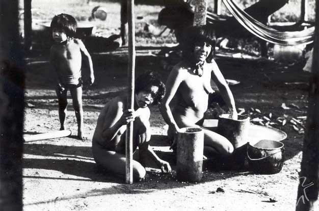 Mulher urueu e seus filhos junto ao pilão. Foto: Jesco von Puttkamer/acervo IGPA-UCG, 1984.