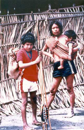 Mulher Jupaú e filhos. Foto: Jesco von Puttkamer/acervo IGPA-UCG, 1985.