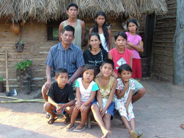 Família do Sr. Rosauro Guató, em frente à casa, na aldeia Uberaba. Foto: Suki Ozaki, 2006