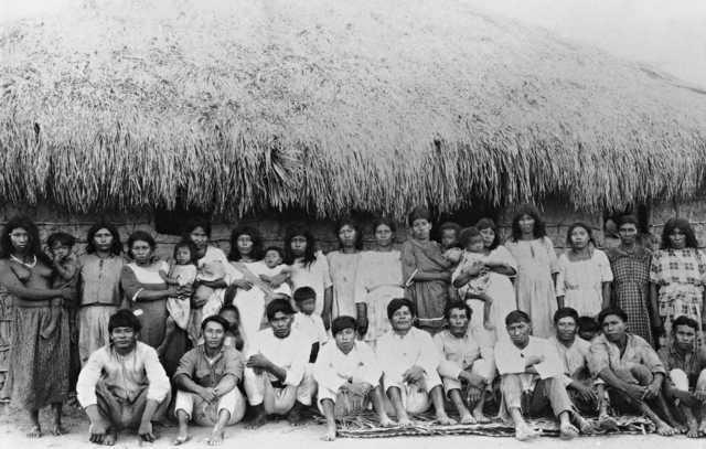 Índios Wapishana, maloca do Tuxauá Terêncio, Rio Jaca Mirim, Roraima. Foto: IR1/SPI/Museu do Índio, 1927