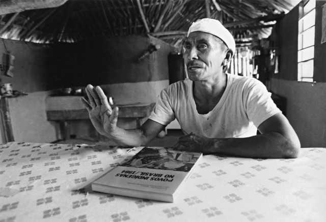 Líder crente com o livro Povos Indígenas no Brasil 1984, produzido pelo CEDI, antecessor do ISA. Terra Indígena Serra da Moça. Foto: Vincent Carelli, 1986