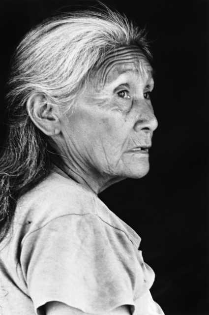 Mãe do Alcides Teixeira, maloca da Barata, Terra Indígena Barata/Livramento. Foto: Vincent Carelli, 1986