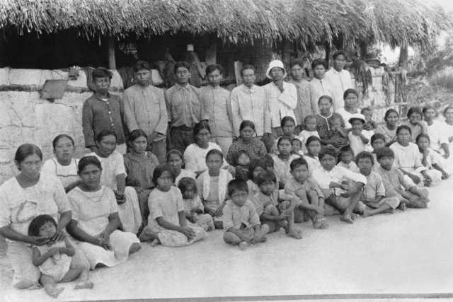 Grupo Wapixna posado, maloca Serra da Malacacheta, Terra Indígena Malacacheta. Foto: IR1/SPI - Acervo Museu do Índio, 1927