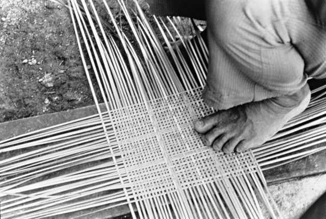Índio Wapishana produzindo um cesto, Roraima. Foto: Padre Silvano Sabatini , s/d